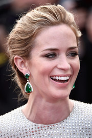Emily Blunt complemented her updo with a stunning pair of emerald drop earrings by Anna Hu Haute Joaillerie.