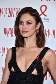 Olga Kurylenko contrasted her sexy outfit with a demure wavy hairstyle when she attended the 2017 Sidaction Gala.