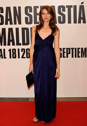 Saffron Burrows looked sexy and elegant at the same time in a navy silk evening dress.