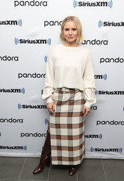 Kristen Bell sealed off her fall-chic attire with brown knee-high boots.