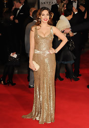 Kelly Brook showed off her voluptuous figure in this gold sequined gown at the 'Skyfall' premiere.