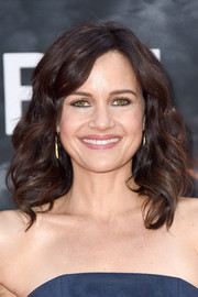 Carla Gugino attended the New York premiere of 'Skyscraper' wearing her hair in shoulder-length curls.