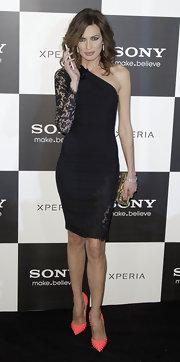 Nieves Alvarez opted for a slinky one-shoulder dress with for her red carpet look for the Sony Xperia Z premiere.