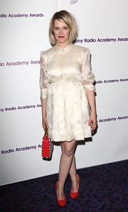 Edith Bowman looked totally retro-chic in a fitted white satin frock.