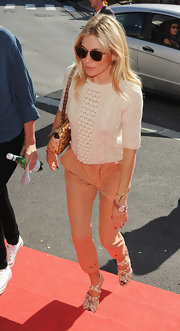 Sienna Miller looked sweet in a cream crewneck cable knit sweater.
