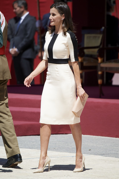 Queen Letizia paired her dress with a nude envelope clutch by Felipe Varela.