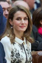 Princess Letizia finished off her elegant look with a pair of pearl and diamond drop earrings.