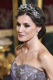 Queen Letizia of Spain looked ultra elegant wearing this chignon at the gala dinner in honor of the Peruvian President.