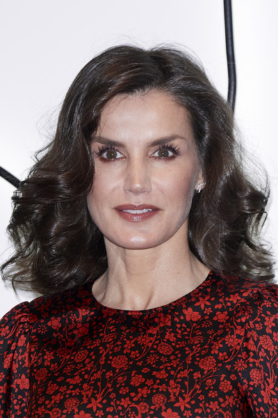 Queen Letizia of Spain looked gorgeous with her voluminous shoulder-length curls at the ARCO Fair 2020.