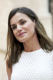Queen Letizia of Spain wore her hair in a straight, shoulder-length style during a summer photocall in Palma de Mallorca.
