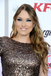 Clare Grant wore icy white and metallic silver shadows to create her eye-brightening makeup effect at Spike TV's 2011 Video Game Awards.