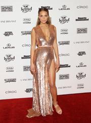 Hannah Davis polished off her red carpet attire with strappy nude sandals by Giuseppe Zanotti.