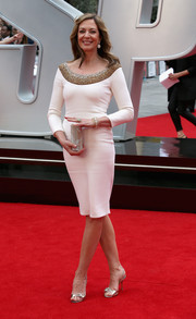 For added sparkle, Allison Janney accessorized with a beaded silver clutch.
