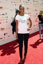 Shaun Robinson dressed up her low-key attire at the Stand up to Cancer event in glittery pewter sandals.