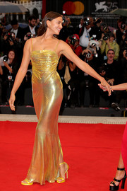 Irina Shayk paired her dress with yellow slim-strap sandals, also by Versace.