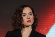 Daisy Ridley looked chic with a wavy hairstyle that she paired with purple eyeshadow and a red lip at the 'Star Wars: The Force Awakens' press conference.