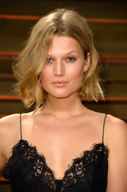 Toni Garrn sported a just-got-out-of-bed hairstyle at the Vanity Fair Oscar party.