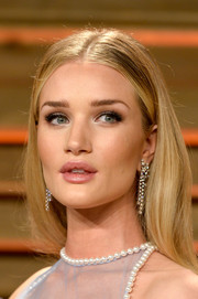 Rosie Huntington-Whiteley accessorized with a pair of Chanel diamond chandelier earrings for an ultra-glam finish to her look.