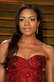 Naomie Harris left her hair loose with a side part and barely-there waves when she attended the Vanity Fair Oscar party.