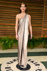Hilary Rhoda was fiercely chic in a metallic one-shoulder gown during the Vanity Fair Oscar party.