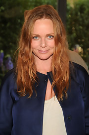 Stella wore tousled red waves with natural makeup that complemented her slate blue eyes.