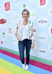 Ali Fedotowski dressed down in skinny jeans and a V-neck tee for the Celebrity Red CARpet Safety Awareness event.