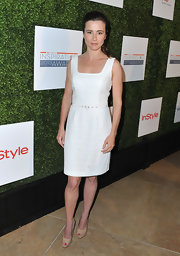 Linda Cardellini opted for a totally classic look when she wore this sleeveless white frock with a belted waist and stylish square neckline.