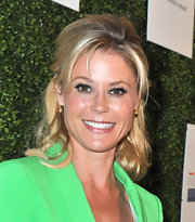 Can't decide between an updo or flowing curls? Try Julie Bowen's half up, half down combo!