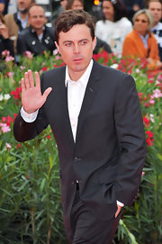Casey Affleck's wavy locks, which are slightly longer in front, look slightly disheveled.
