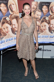 Ashley Judd matched her dress with a pair of gold satin peep-toes.