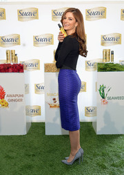 Maria Menounos looked very shapely in her textured blue pencil skirt.