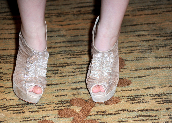 More Pics of Emily Browning Pixie (5 of 7) - Short Hairstyles Lookbook - StyleBistro [sucker punch,footwear,shoe,ankle,leg,pink,nail,joint,finger,toe,foot,shoes,emily browning,detail shot,red carpet,san diego,california,comic-con]