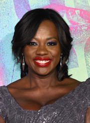 For her beauty look, Viola Davis embraced color, pairing amethyst eyeshadow with a bold red lip.