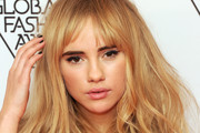 Suki Waterhouse Long Wavy Cut with Bangs