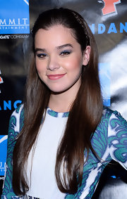 Hailee accented her sleek, straight tresses with a headband braid.