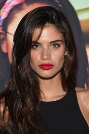 Sara Sampaio topped off her look with a red-hot pout.