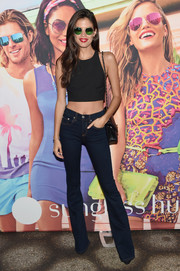 Sara Sampaio completed her outfit with a pair of bootcut jeans.