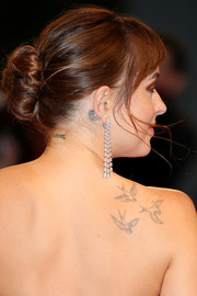 Dakota Johnson added a heavy dose of glamour with a pair of diamond chandelier earrings by Messika.