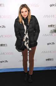 Elizabeth Olsen wore a patterned black-and-white scarf with her warm ensemble in Utah.