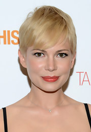 Michelle Williams channeled Twiggy with this darling banged 'do.
