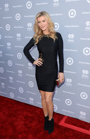 Joanna Krupa finished off her look with a bit of shine via a quilted metallic clutch.