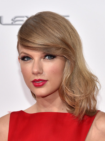 Taylor Swift Medium Wavy Cut with Bangs [the giver,hair,eyebrow,beauty,human hair color,fashion model,blond,hairstyle,lip,chin,forehead,arrivals,taylor swift,new york,ziegfeld theater,premiere]