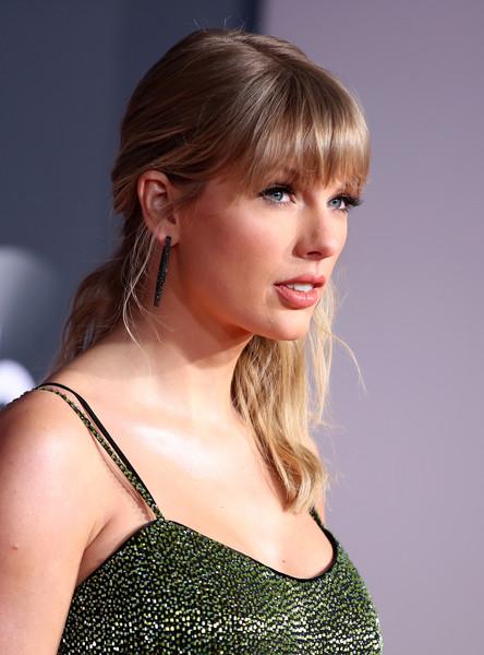 Taylor Swift Half Up Half Down [hair,hairstyle,face,blond,beauty,chin,brown hair,bangs,shoulder,lip,arrivals,american music awards,microsoft theater,los angeles,california,taylor swift]