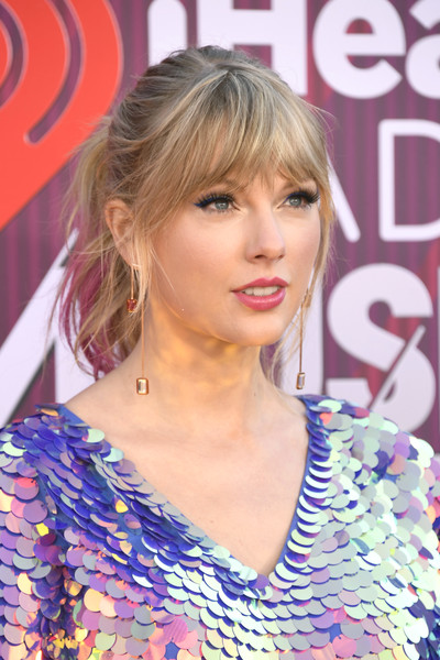 Taylor Swift Loose Ponytail [hair,hairstyle,blond,eyebrow,beauty,chin,hair coloring,layered hair,long hair,bangs,arrivals,iheartradio music awards,california,los angeles,microsoft theater,taylor swift,fox]