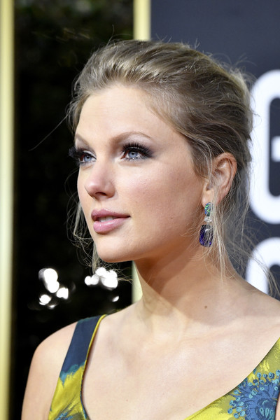 Taylor Swift Messy Updo [hair,face,hairstyle,eyebrow,beauty,blond,chin,lip,long hair,fashion,arrivals,the beverly hilton hotel,beverly hills,california,taylor swift,golden globe awards,taylor swift,70th golden globe awards,beverly hills,celebrity,actor,hollywood,model,golden globe award for best supporting actor \u2013 motion picture]