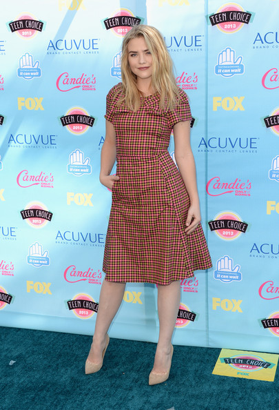 More Pics of Maddie Hasson Long Wavy Cut (1 of 5) - Long Wavy Cut Lookbook - StyleBistro