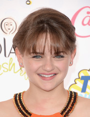 Joey King attended the Teen Choice Awards wearing her hair in a simple updo with wispy bangs.