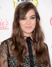 Hailee Steinfeld added some fierceness to her beauty look with heavily accented eyes.