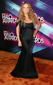 Mariah Carey embodied modern elegance in a beautiful mermaid gown that swept the floor.
