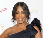 Niecy Nash looked supremely elegant wearing this loose, center-parted bun at the cocktail reception celebrating the 67th Emmys.
